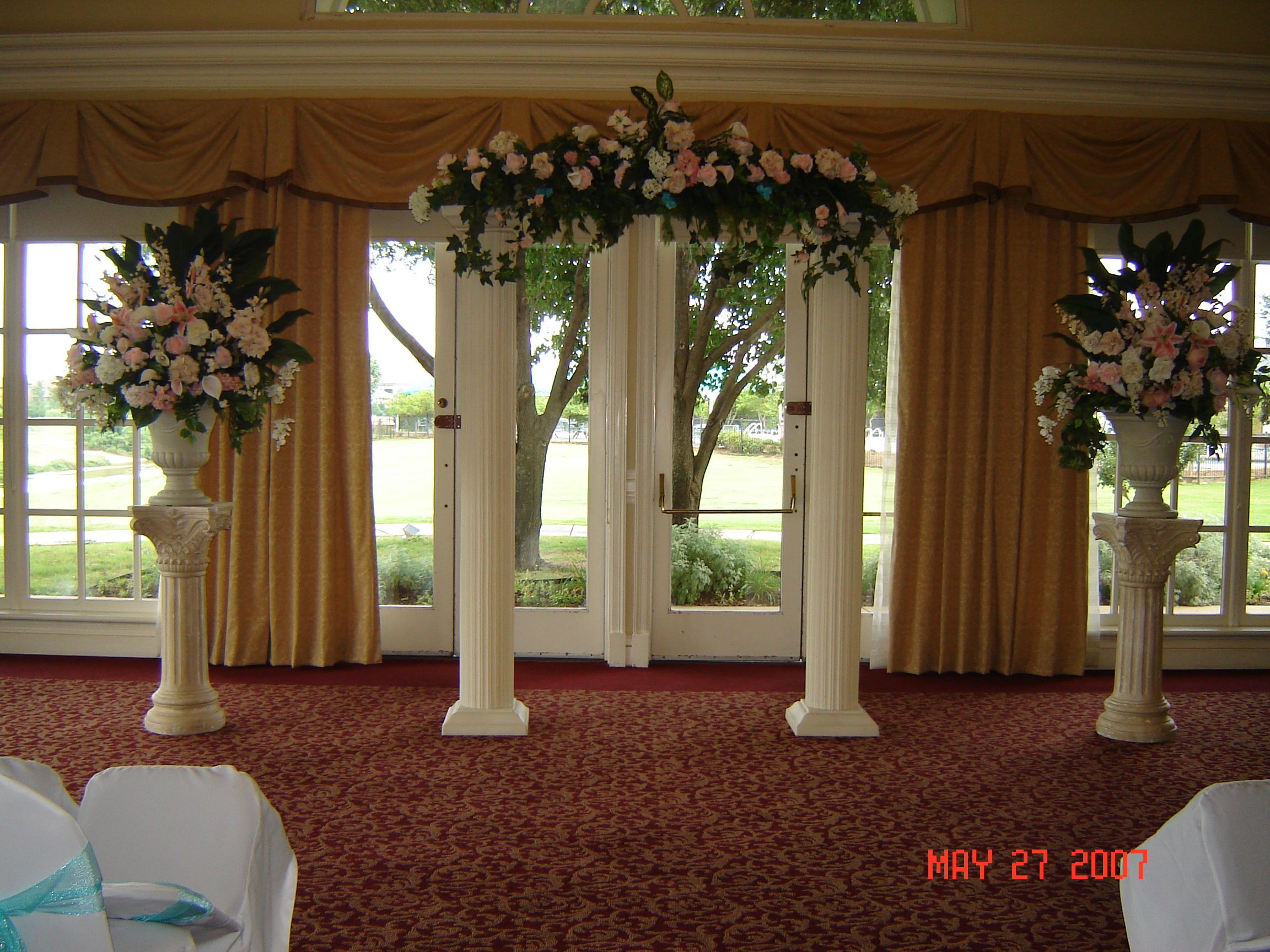 decorating with columns for wedding